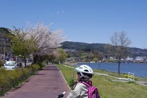 遅咲き桜を見ながら、ひと休み。