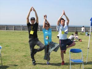 朝倉(右)、渾身の「木のポーズ」!体幹の強さが必要です。