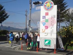 午前8時、まずは会場入り口にて、東京のラン仲間(左二人)と共に。
