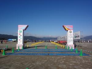 目指すべきゴールゲート。…とその後ろに広がる諏訪湖。
