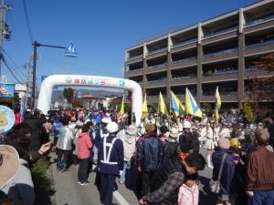 スタートゲート前。県警の音楽隊&カラーガードで盛り上げます。