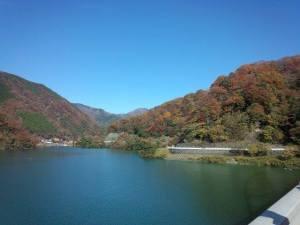 紅葉を常に近くに感じながら湖畔をぐるっと回るコースです。
