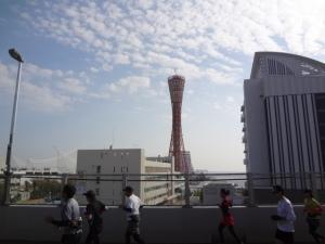 37km前後、ポートアイランドべ向かう橋の上で神戸ポートタワーをバックに。